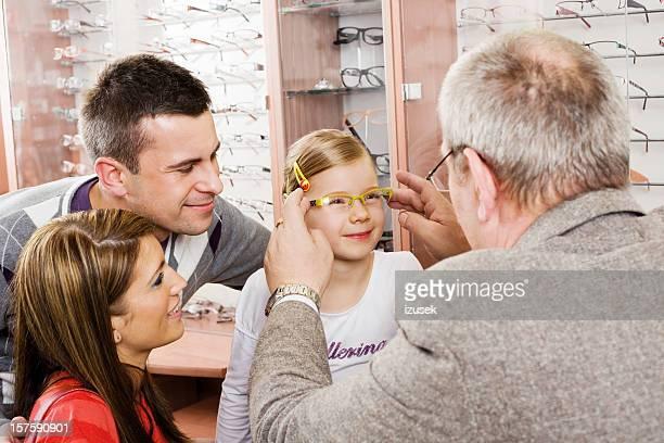 Jeunes Parents et fille Shopping pour les nouvelles lunettes