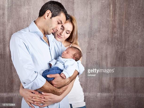 Junge Eltern mit Neugeborenen