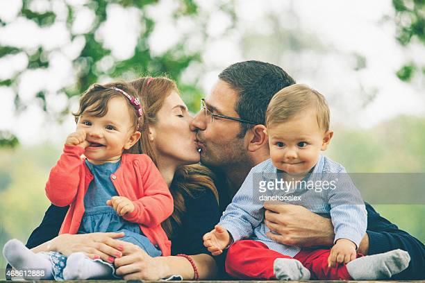 Jeunes parents avec leur bébé jumeaux