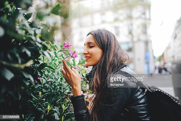 Junge Pariser Frau genießt mit Blumen