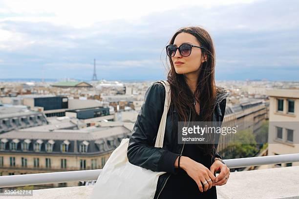 Giovane donna che si diverte a Parigi la vista