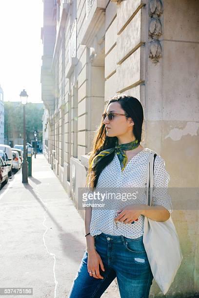 Giovane donna parigina in Montmartre dopo lo shopping