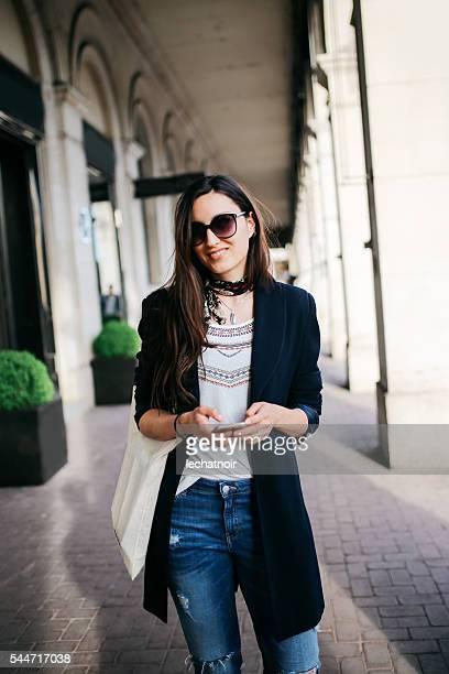 Jovem mulher na rua parisiense
