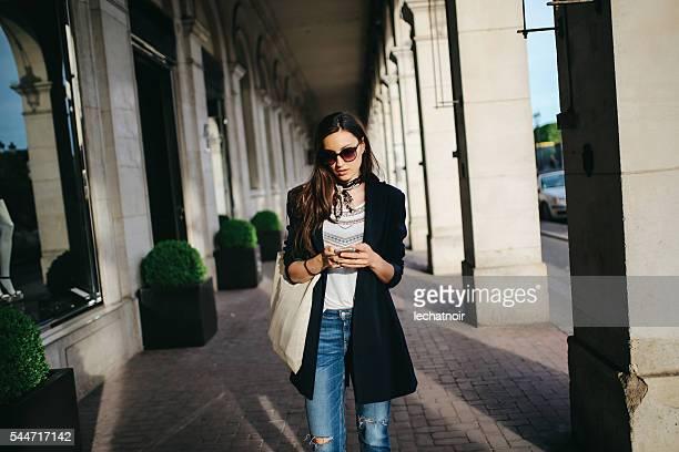 Jeune femme parisienne dans la rue