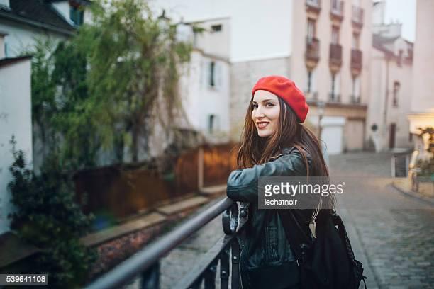 Jeune femme parisienne attente