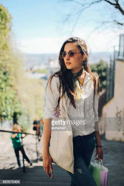 Joven mujer caminando parisino casa