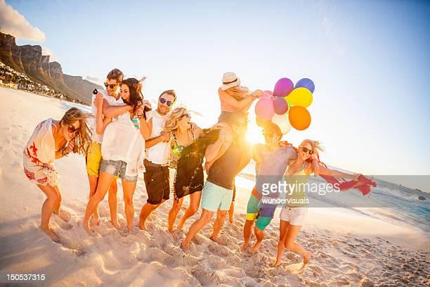 Jeune groupe de personnes s'amuser à la plage