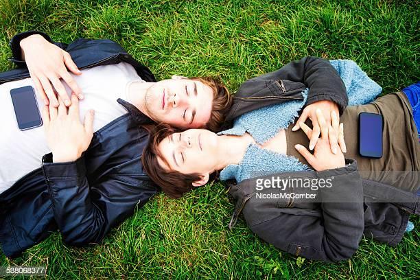 Jungen Menschen und ihrer Telefone im übrigen