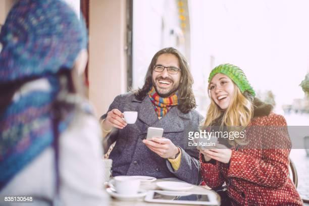 Los jóvenes divierten en un café