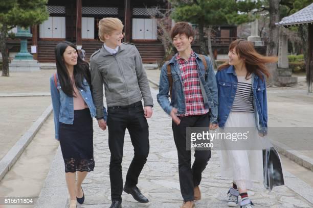 若い人たちは、寺から残しています。