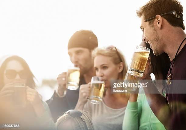 若い人々は、ビストロ、ビールがあります。