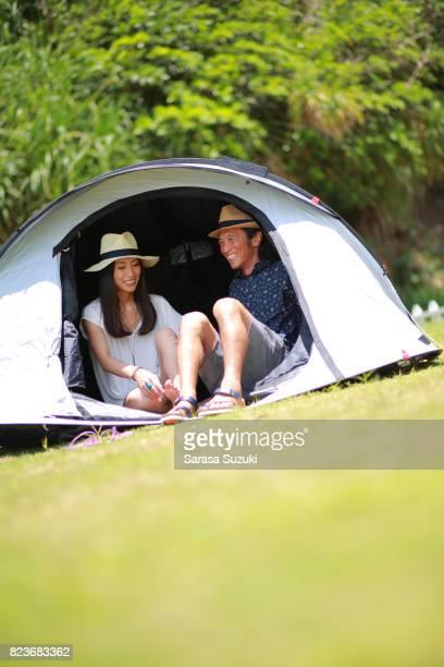 若い人たちは、テントでのキャンプします。
