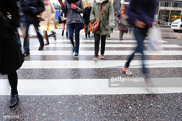 Jeunes traverser la rue, motion blur