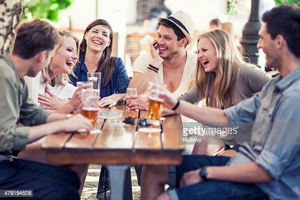 Junge Menschen trinken Bier im Freien