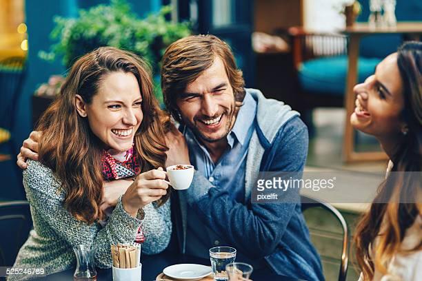 Junge Menschen trinken Kaffee und Lächeln