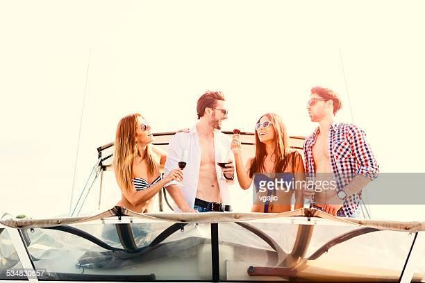 Jeunes boire du vin sur un Yacht.