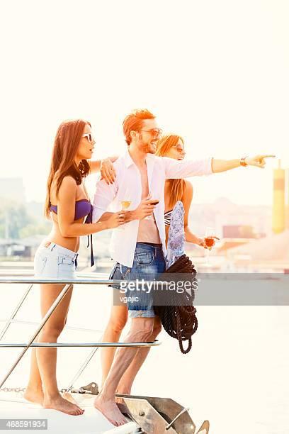 Jeunes en voiture, Yacht et s'amuser.