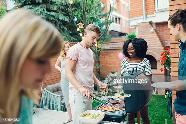 Jeunes se restaurer au Barbecue de fête.