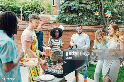 若い人々でのバーベキューパーティーのお食事をお楽しみください。
