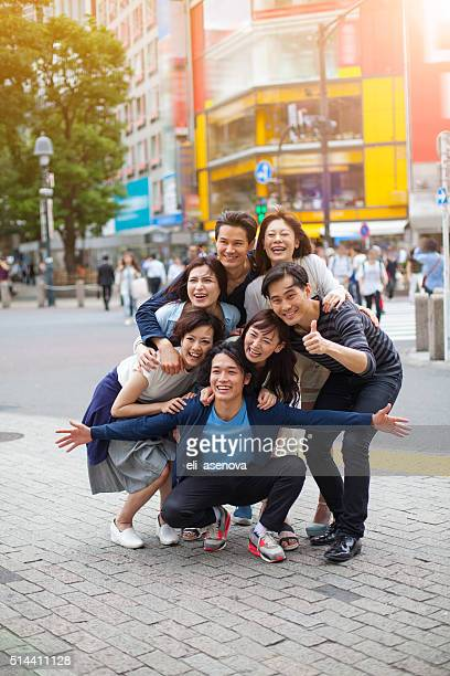 若い人々を取り入れ、東京の街の景観をご覧いただけます。