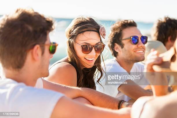 Jeunes gens appréciant une fête sur la plage