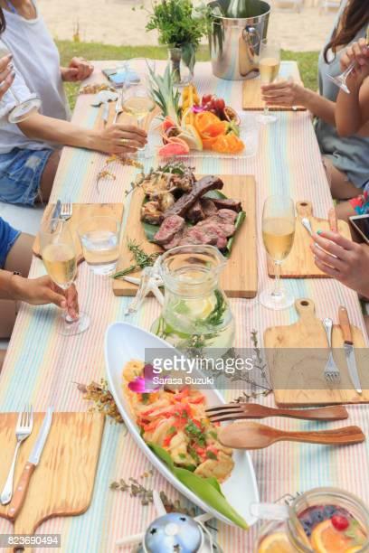 Junge Menschen genießen BBQ.
