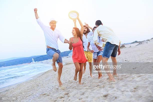 Junge Menschen genießen Sie den Sommerurlaub