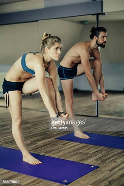 Junge Menschen, die Ausübung yoga