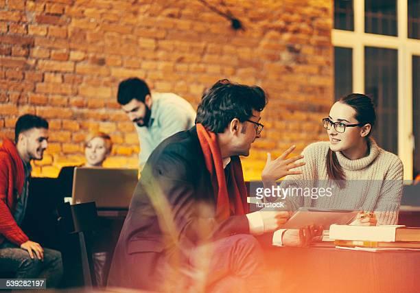 Junge Menschen, die ein meeting in der coffee bar