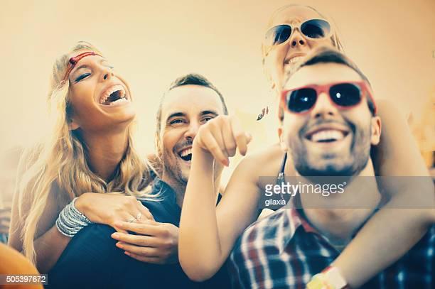 Jeunes s'amuser lors d'un concert.