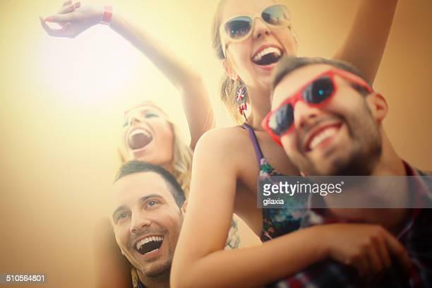 Junge Menschen Spaß beim Konzert.