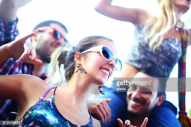 Giovani che si diverte in un concerto.