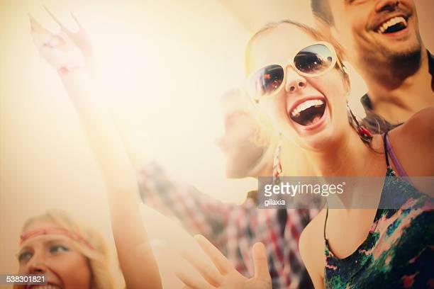 Jovens a divertir-se no concerto.