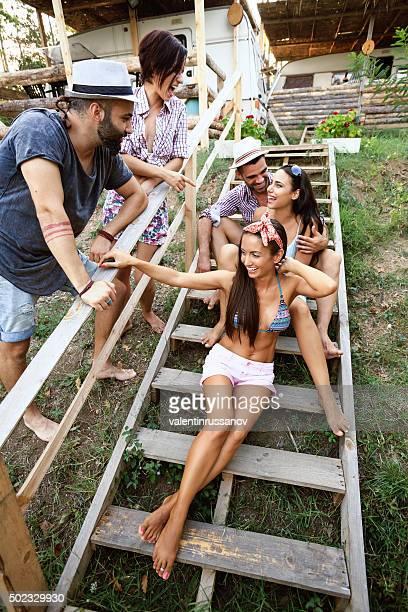 Jeunes s'amuser sur les escaliers extérieurs