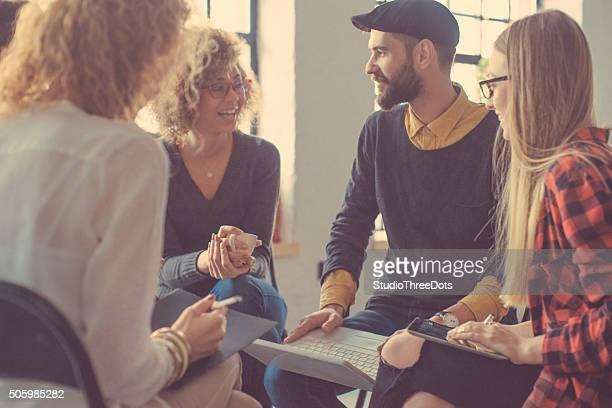 若い人々は、オフィスでのミーティング