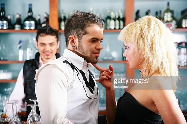 Junge Menschen in einer bar