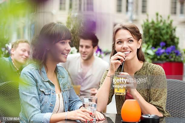 Jeunes dans un café en plein air