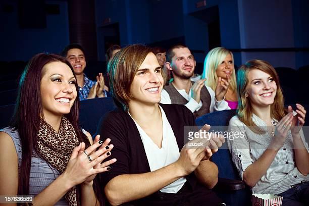 Junge Menschen in movie theater