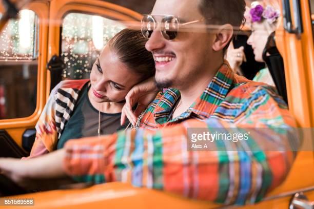 Junge Menschen im Auto