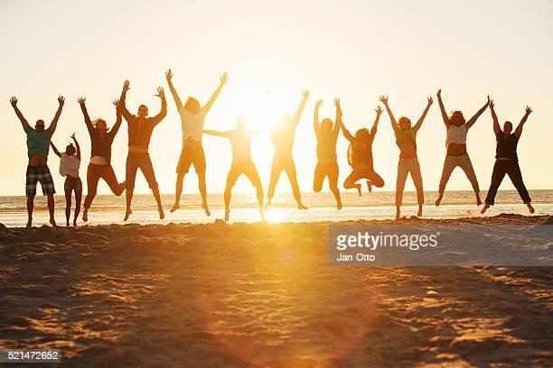 Joven saltar en la playa de de San Pedro-Ording en Alemania