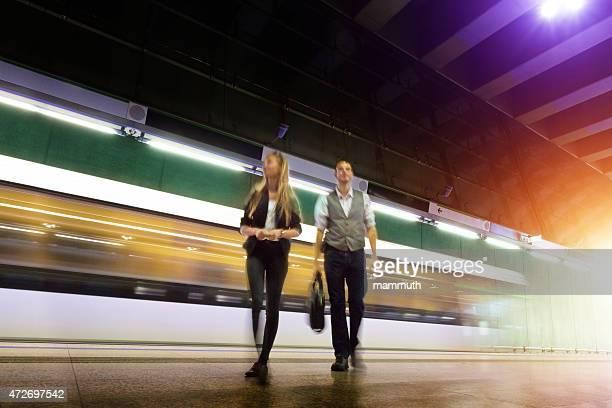 Jeunes en quittant la station de métro