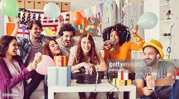 Jóvenes en un cumpleaños Fiesta en la oficina