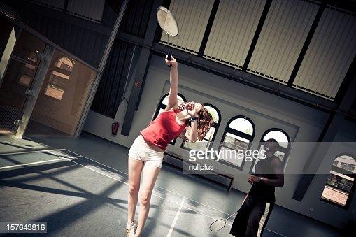 Jóvenes jugando bádminton en el gimnasio