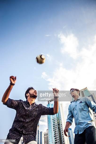 Junge Menschen spielen Fußball im park