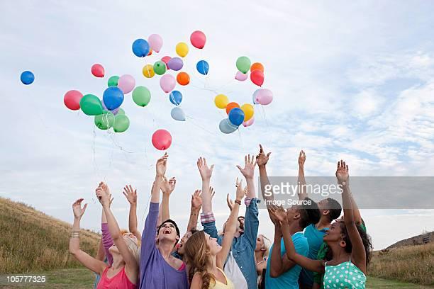 Jovens soltar Balões