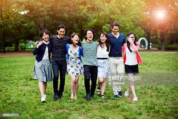 若い人々で、公園を散歩東京ます。