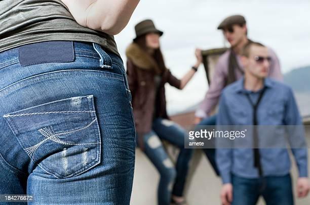Jovens usando Jeans no Telhado