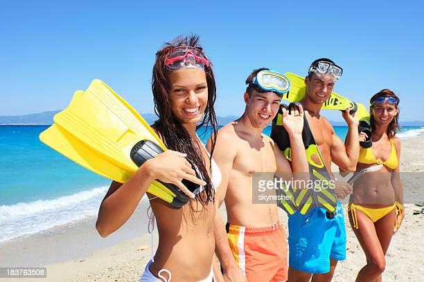 Jovens com equipamento de mergulho, olhando para a câmara.