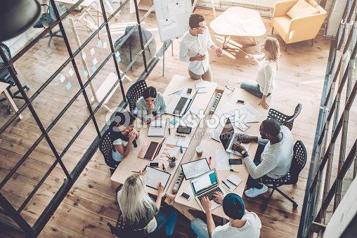 Die Jugendlichen arbeiten in modernen Büros. : Stock-Foto