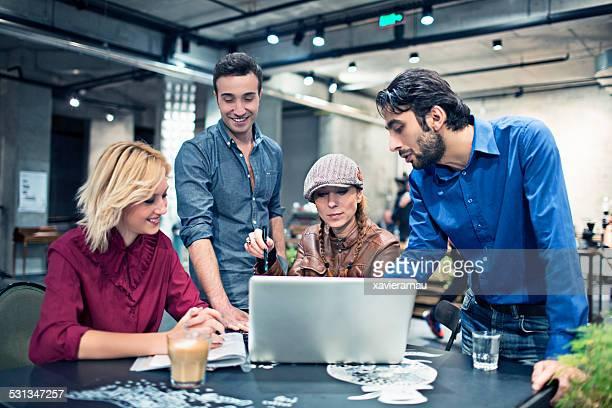 Junge Menschen arbeiten an einem Projekt